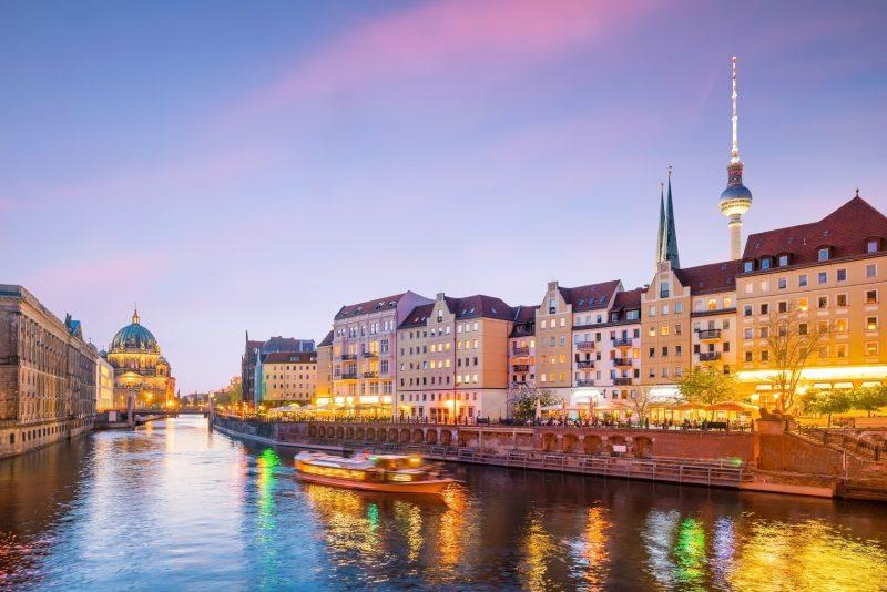 Berlin Spreeufer in der Dämmerung mit Fernsehturm im Hintergrund