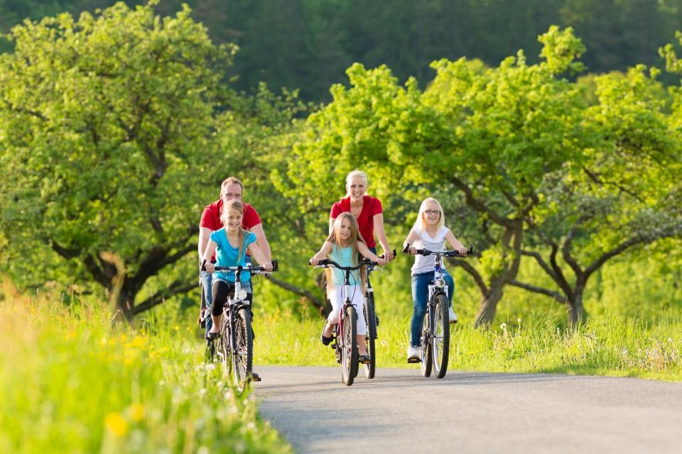 Familienausflug mit dem Fahrrad durch die Natur - Radwege Oberschwabens