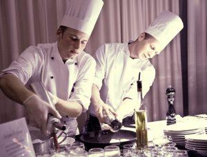 Köche bei der Arbeit im Gourmetrestaurant Aubergine am Starnberger See