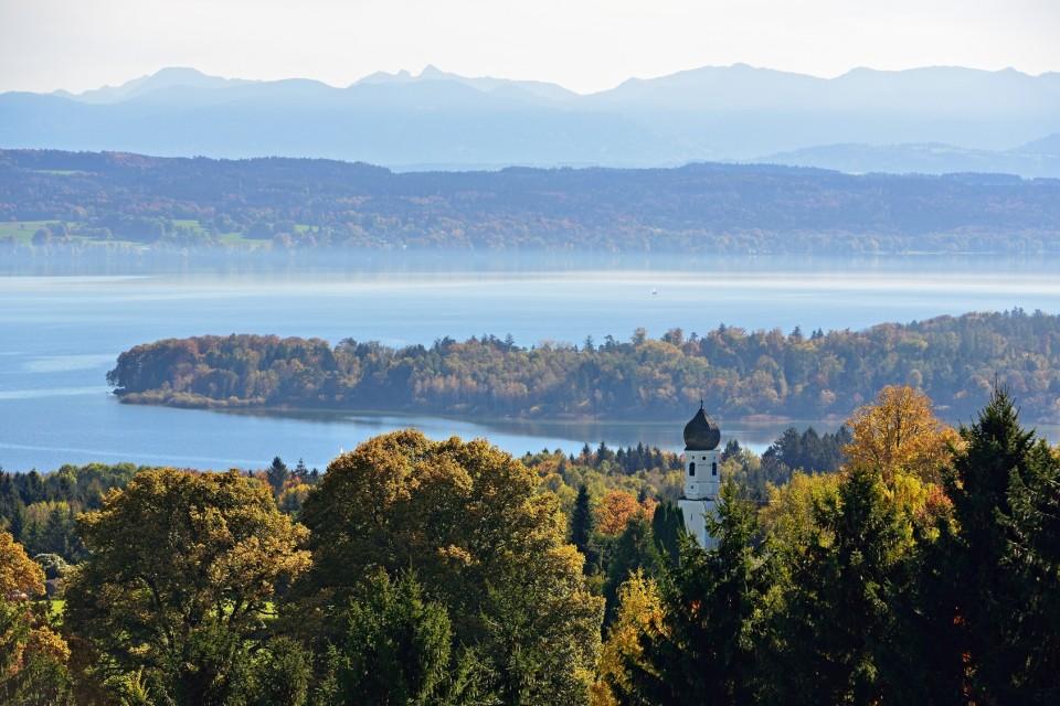 Blick über den Starnberger See und die Alpen im Hintergrund - Fünf-Seen-Land