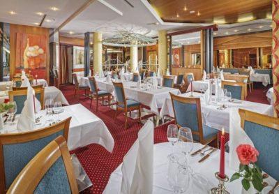 Stilvoll eingedeckte Tische im Restaurant im Hotel Luitpoldpark in Füssen im Allgäu