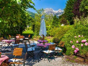 Blühende Gartenterrasse im Best Western Plus Berghotel Rehlegg in Ramsau