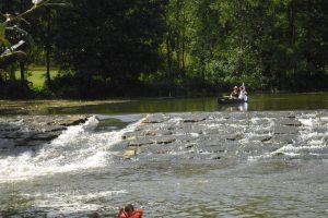Boote auf der Altmühl mit Wasserrutsche