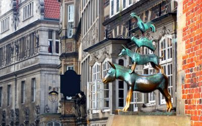Die Bremer Stadtmusikanten vor historischer Häuserfassade
