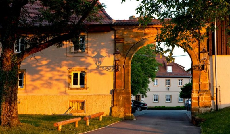 Toreinfahr zum Hotel und Restaurant Burg Staufeneck in Salach in der Region Schwäbische Alb