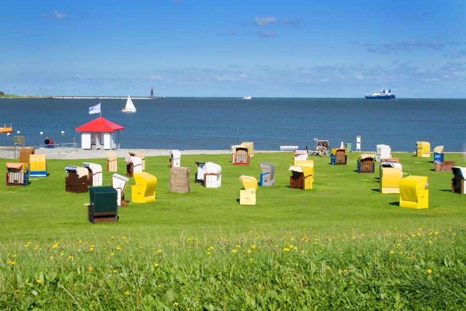 Bunte Strandkörbe in Cuxhaven am Strand