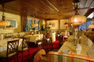 Restaurant im Hotel Rebstock Durbach im Schwarzwald mit gedigen-rustikalem Ambiente