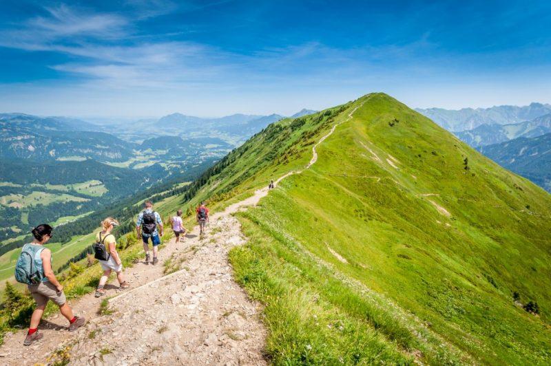 Wanderer auf dem Gratweg zum Fellhorn im Allgäu - Oberstdorf