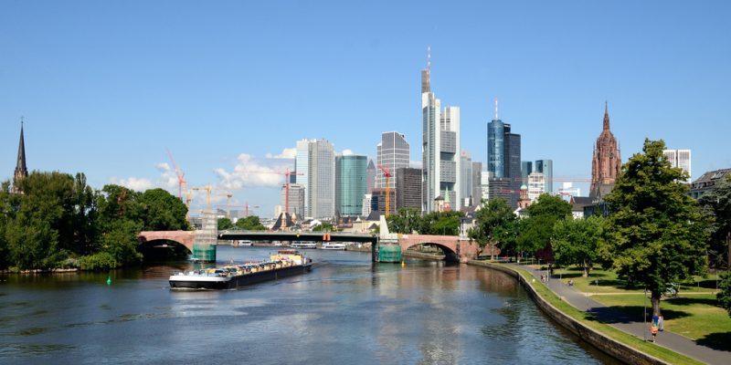 Schiff auf dem Main vor der Skyline von Frankfurt am Main