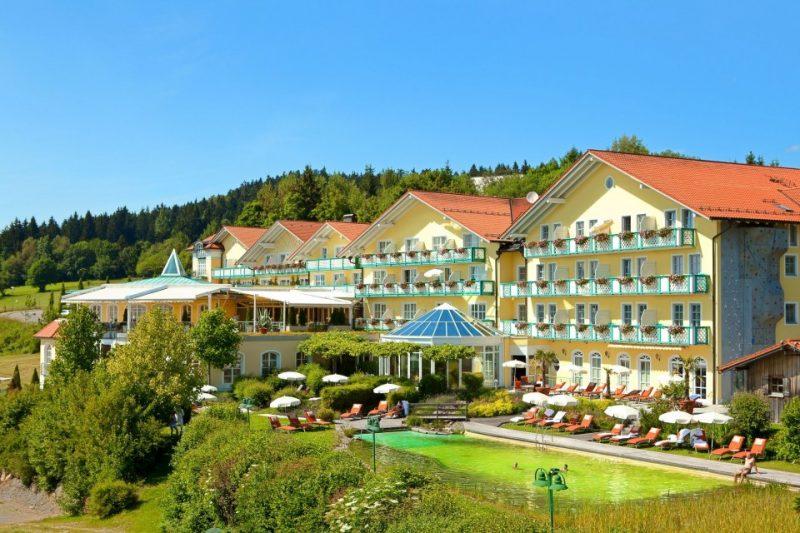 Außenansicht mit Schwimmteich im Sport- und Wellnesshotel Angerhof in St. Englmar im Bayerischen Wald
