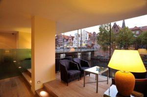 Lobby mit Blick auf die Ilmenau und die Lüneburger Altstadt im Hotel Altes Kaufhaus Lüneburg
