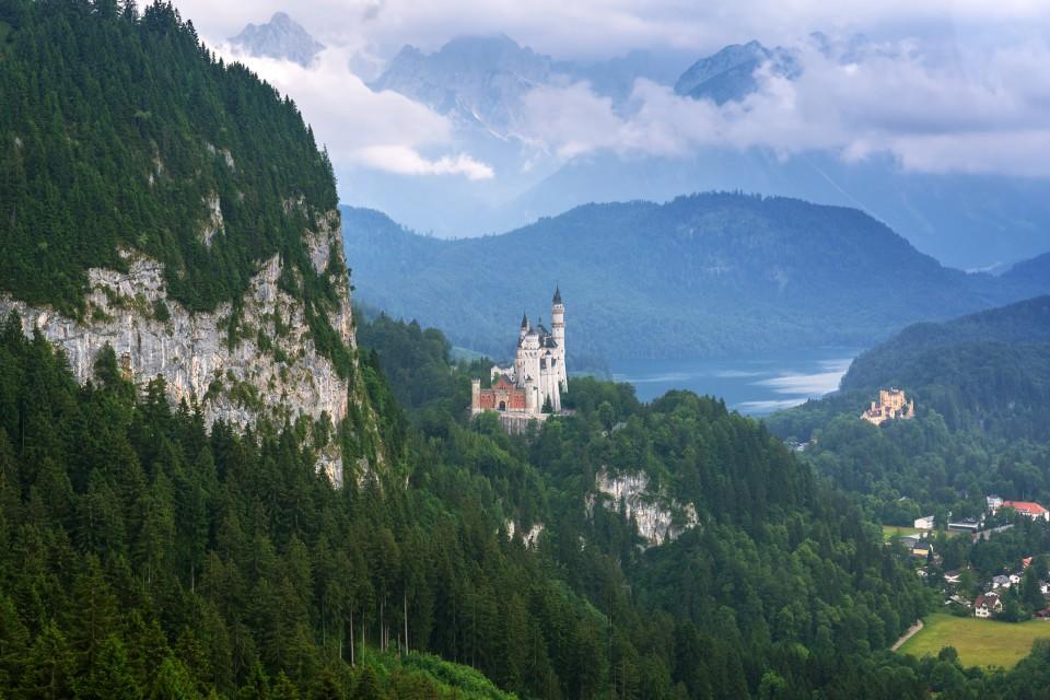 Blick auf Schloss Neuschwanstein und Schloss Hohenschwangau und den Alpsee