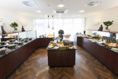 Brunch-Angebot im Restaurant Oliv´s Starnberg, Starnberger-Fünf-Seen-Land, Buffetanrichte