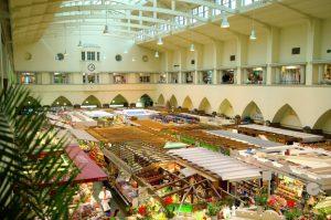 Blick von der Galerie auf die Marktstände in der Markthalle Stuttgart