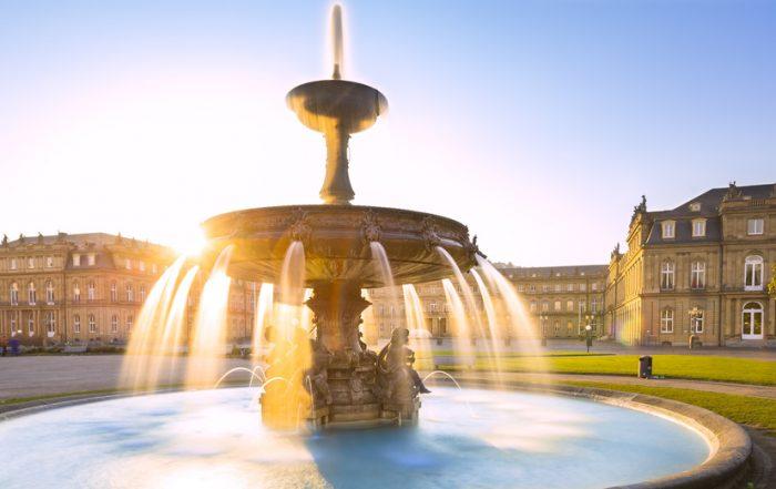 Stuttgart Schlossplatz - Blick auf das neue Schloss und den Sprinbrunnen in der Morgensonne