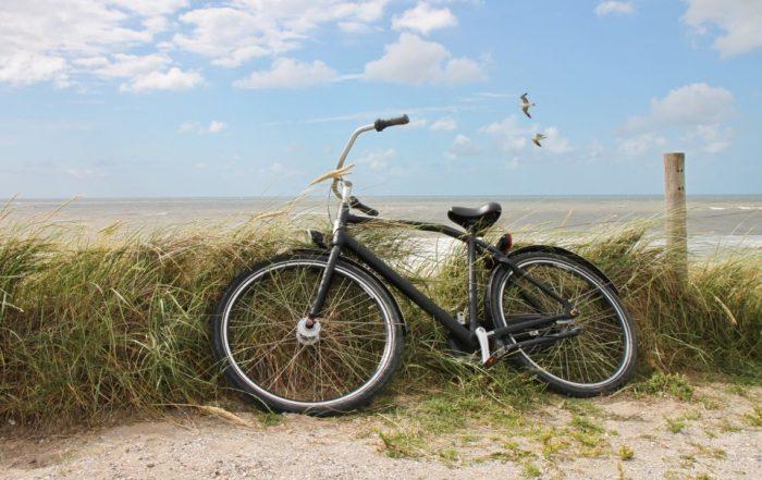 Fahrrad auf einer Düne am Strand auf Sylt