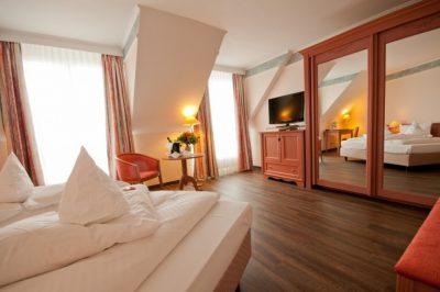 Geräumiges Zimmer in wohnlichen Farben im Parkhotel Altmühltalin Gunzenhausen am Altmühlsee
