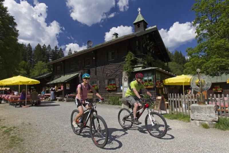 Radfahren im Bayerischen Wald: Biergarten am Radweg