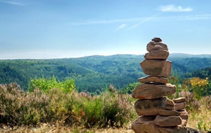 Steinhaufen am Wanderweg im Pfälzer Wald