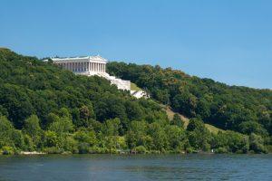 Blick über die Donau auf die Walhalla bei Regensburg