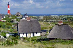 Leuchtturm Sylt Hörnum mit Strohdach-Häusern