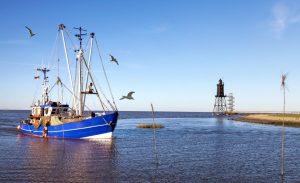 Fischerboot bei der Einfahrt in den Hafen