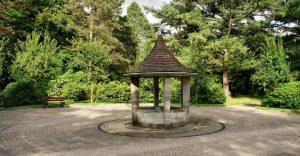 Park vom Friedhof Ohlsdorf Hamburg - Auferstehungsmonument - von Rabanus Flavus - CC BY-SA 3.0