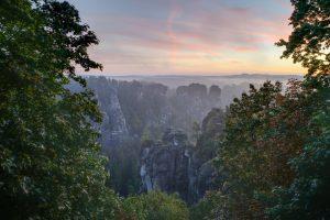 Blick über die Felsen der Bastei in der Sächsischen Schweiz