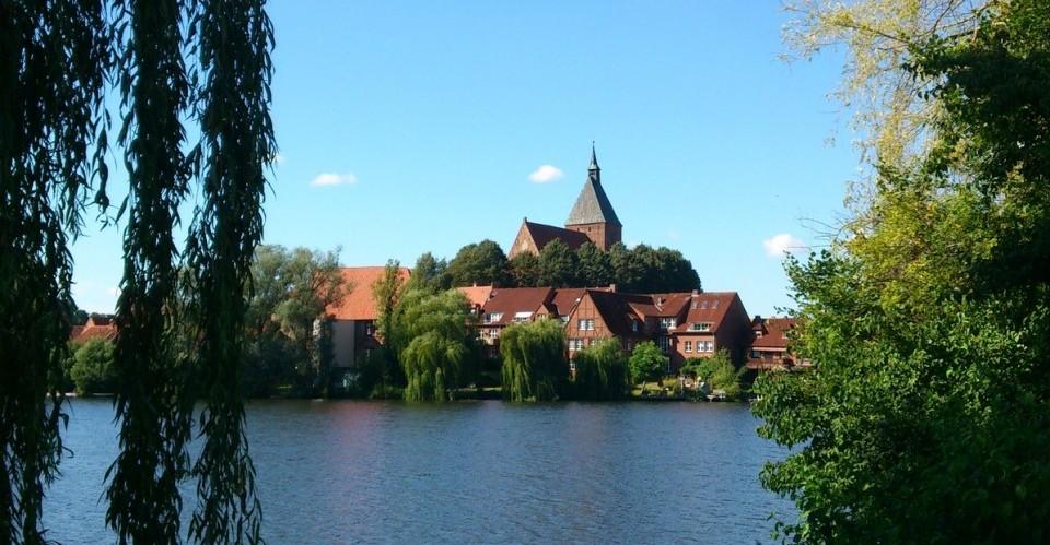 Blick über den See auf Mölln und die St. Nikolai Kirche