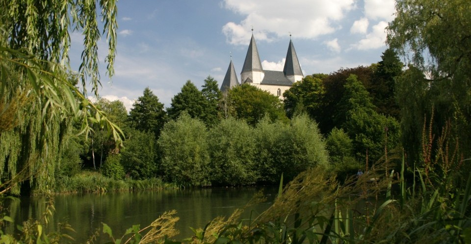 Blick über einen See zum Kaiserdom in Königslutter am Elm