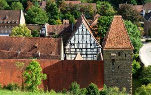 Blick auf die historischen Gebäude im Maulbronner Klosterhof