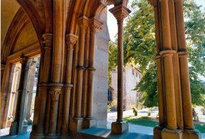 Blick aus der Vorhalle der Klosterkirche auf den Klosterhof in Maulbronn
