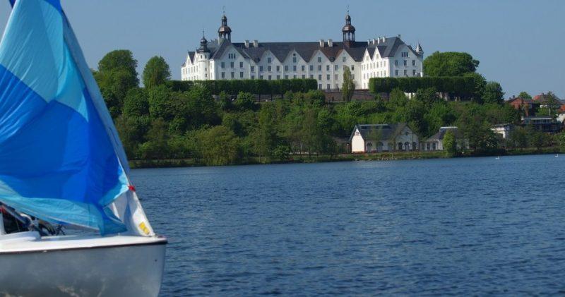 Segelboot auf dem Plöner See vor dem Plöner Schloss - Holsteinische Schweiz