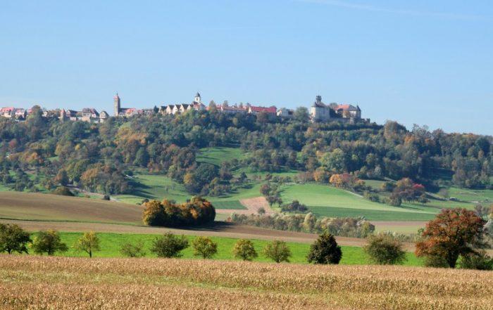 Blick über die Felder auf Waldenburg im Hohenlohe