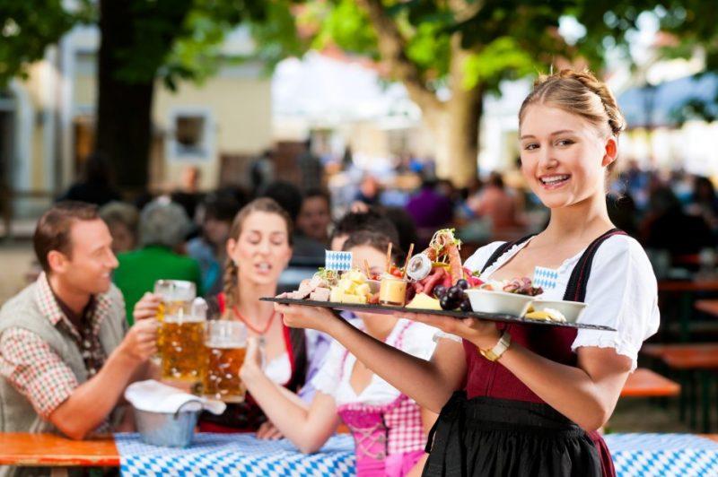 Bayern das beliebte Reisegebiet: Im Biergarten - eine gute Brotzeit