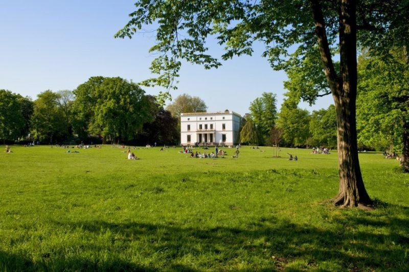 Das Jenisch-Haus im Jenischpark war im 19. Jahrhundert das Landhaus des hamburger Senators Martin Johann Jenisch dem Jüngeren. Der Jenischpark gehört seit den 30er Jahren der Stadt und ist öffentlich zugänglich. Das Jenisch-Haus ist eine Außenstelle des Altonaer Museums.
