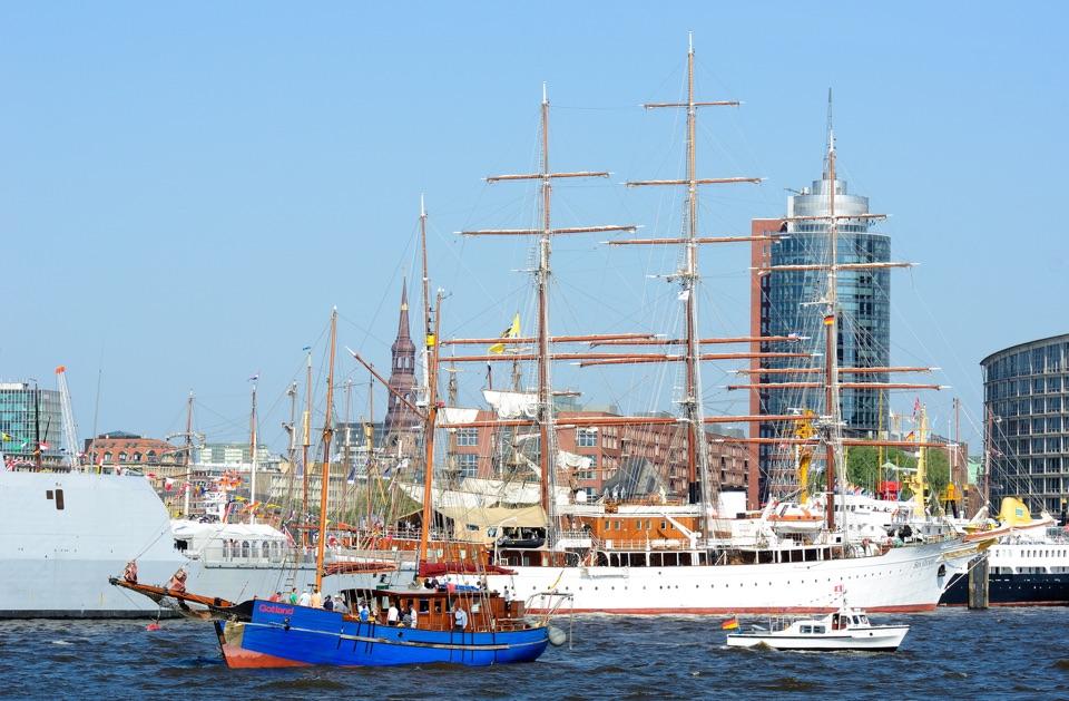 Aufnahme im Hamburger Hafen: Segelschiffe beim Hafengeburtstag