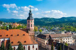Blick über Freiburg auf den Schwarzwald