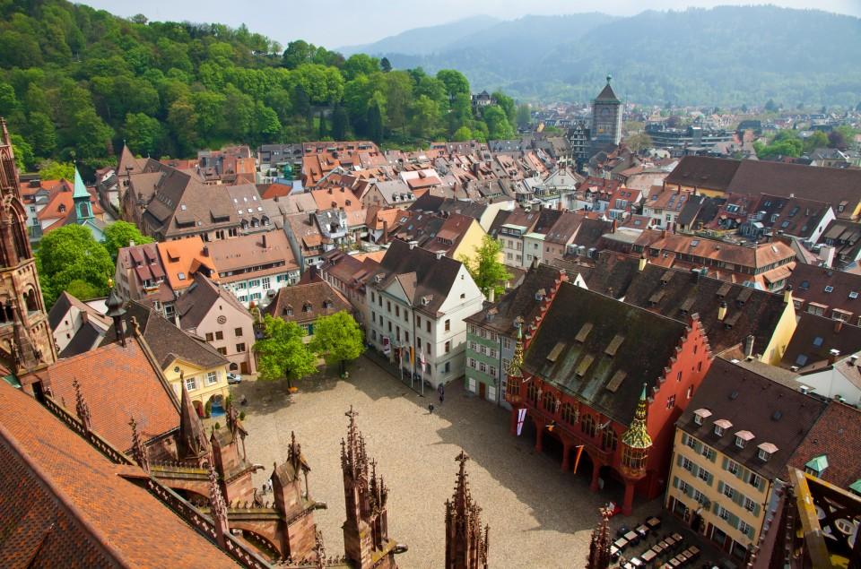 Blick vom Freiburger Münster hinab auf die Freiburger Altstadt
