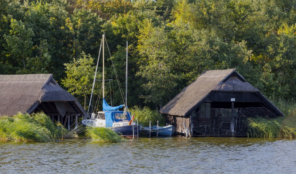 Bootshäuser im Hafen von Prerow
