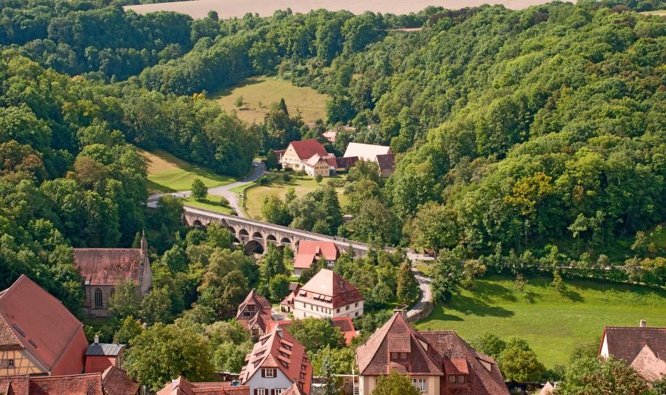 Tauberbrücke mit romantischer Straße bei Rothenburg