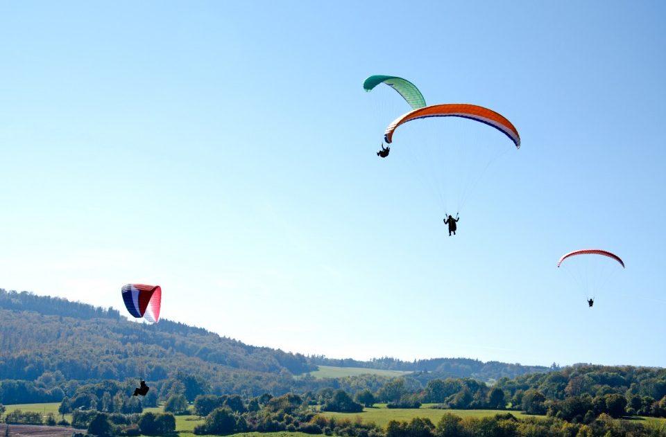 Paraglider in der Luft an einem Sommertag