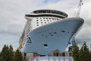 Kreuzfahrtschiff in der Werft Papenburg