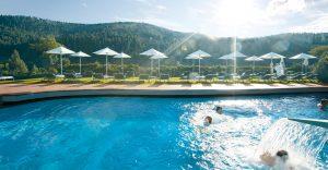 Hotel Traube Tonbach (in Baiersbronn): Aussenpool im Sommer
