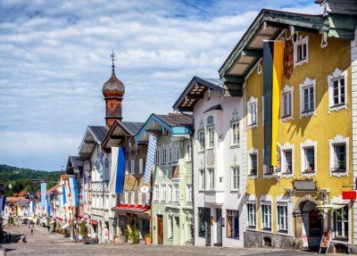 Bad Tölz: alte Häuserzeile in der Stadt