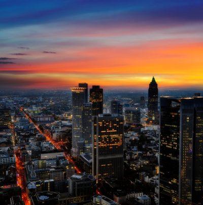 Frankfurt Main bei Nacht mit roter Sonne über der skyline