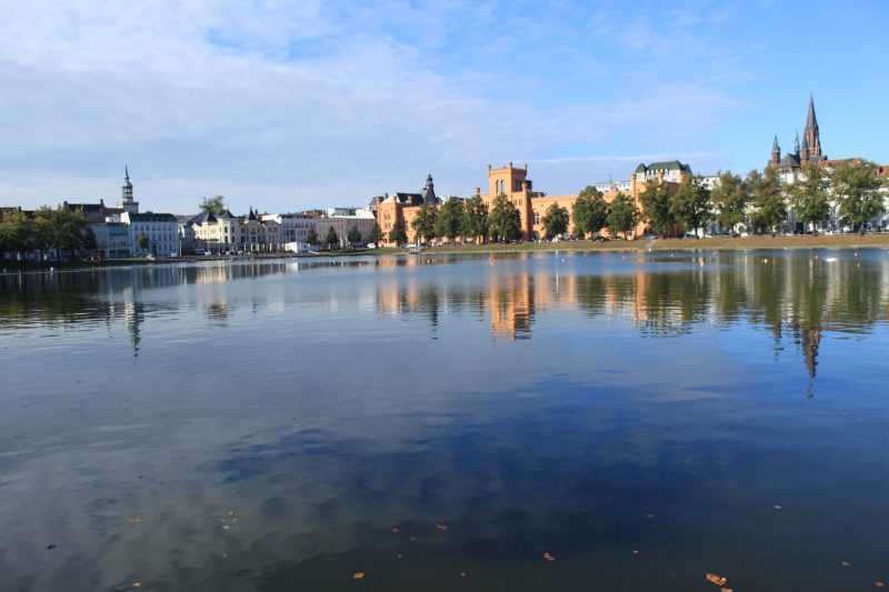Schwerin mit See vor der Altstadt mit dem Dom