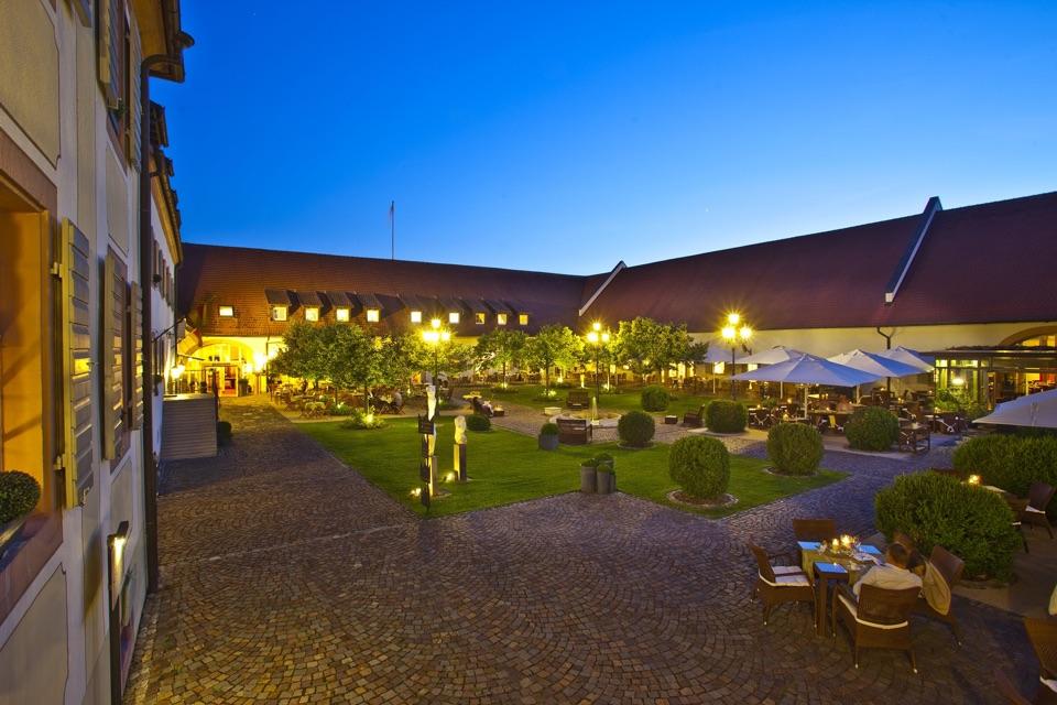 Hotel Schloss Reinach in Freiburg - Munzingen, der Hof am Abend