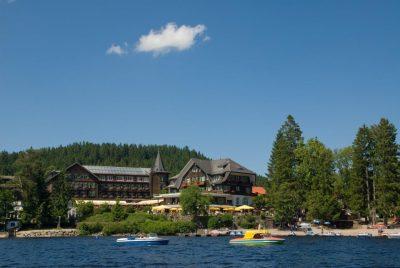 Hotels in Titisee-Neustadt: Treschers Schwarzwald-Hotel am See, Blick vom See auf das Hotel