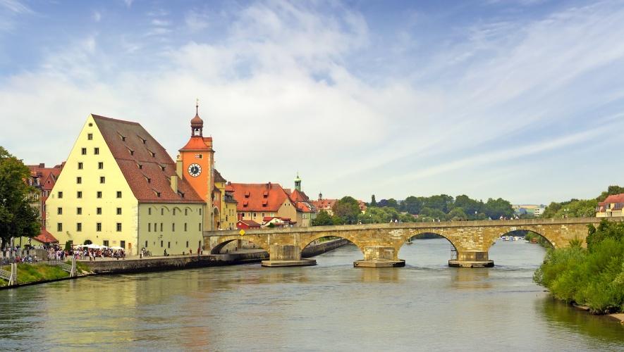 Steinerne Brücke und Salzstadl in Regensburg an der Donau